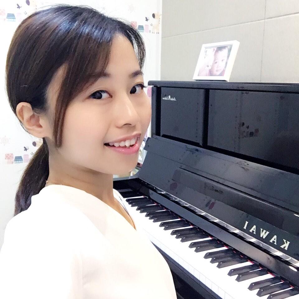 小v弹钢琴